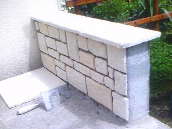 Terrasse jardini re et barbecue en pierre calcaire moul e - Briquettes parement cuisine ...