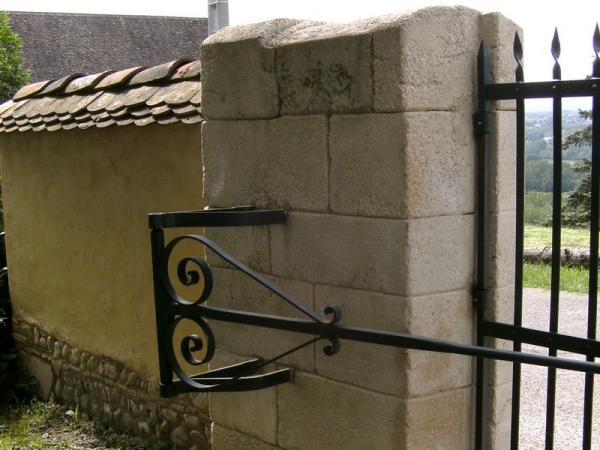 Piliers de portail de ferme anciens et mur en pis - Pilier de portail en pierre ancien ...